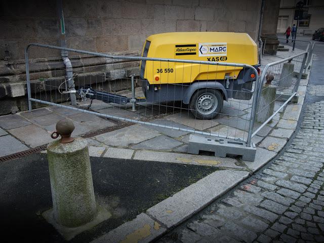 Au pied de l'Église Saint-Germain, les travaux de voirie ont bien commencé ce mardi 20 mars...