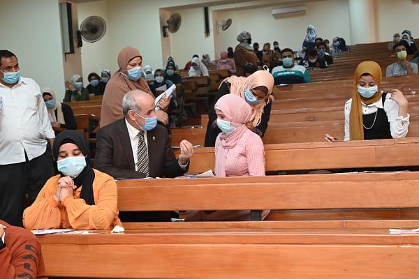 رئيس جامعة الفيوم: يتابع أعمال امتحانات الفصل الدراسي الثاني