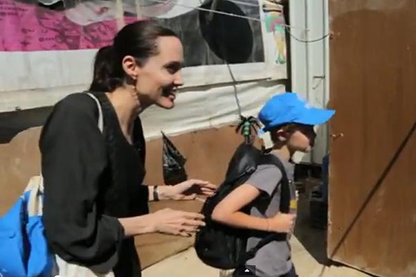 Angelina Jolie with her daughter Shiloh in the refugee camp syrian 10/07/2015
