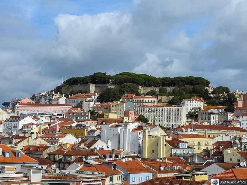 Castelo de São Jorge lá no alto - O que fazer em Lisboa, Portugal