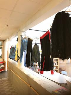 kläder sydda på textilslöjden av elever i åk 9.