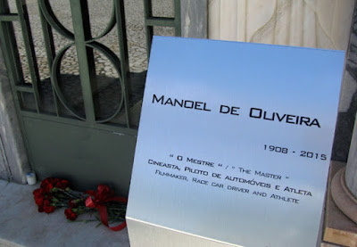 Placa do túmulo de Manoel de Oliveira