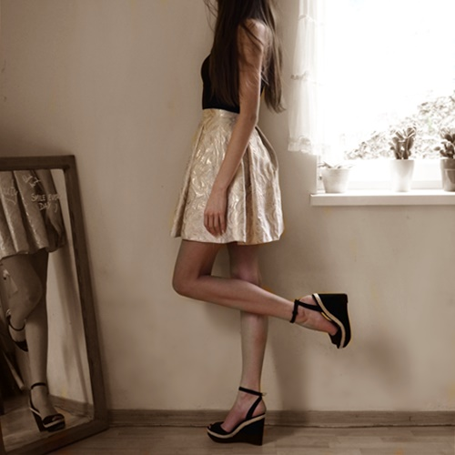 długie nogi, krótka sukienka