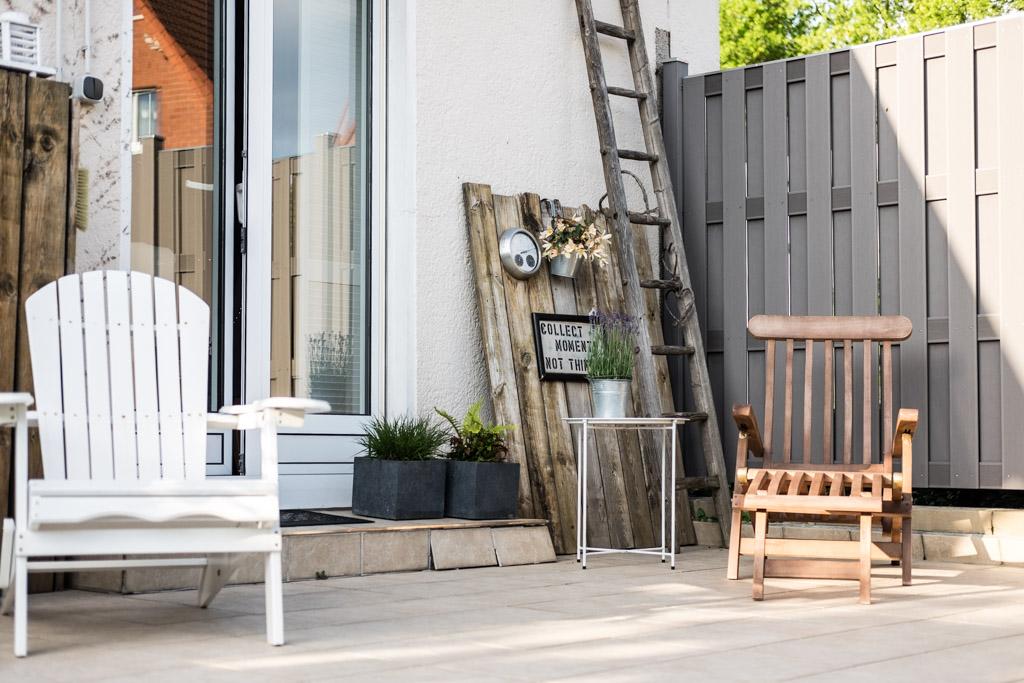 www.fim.works | Lifestyle-Blog | Deckchair, weißer Relaxstuhl, Adironduck-Chair, altes Holz als Deko auf der Terrasse, alte Leiter