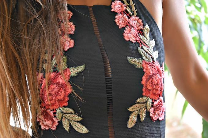 Un abito lungo con tante rose rosse ricamate