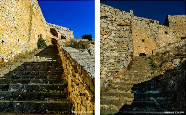Escadaria que liga a Fortaleza de Palamidi à cidade de Nafplio, Grécia