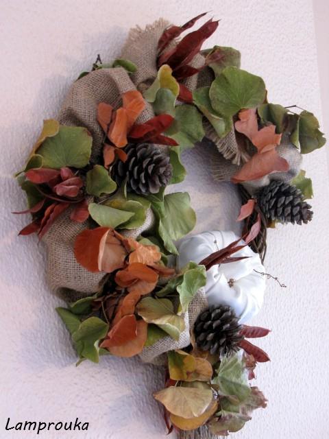 Φτιάξε φθινοπωρινό στεφάνι με κλαδιά και λινάτσα.
