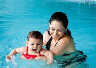 mengajarkan bayi tidak takut berenang