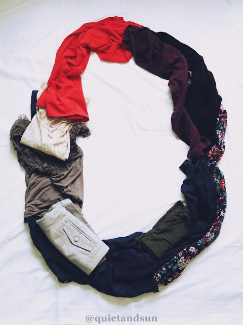Ubrania rzucone na łóżko
