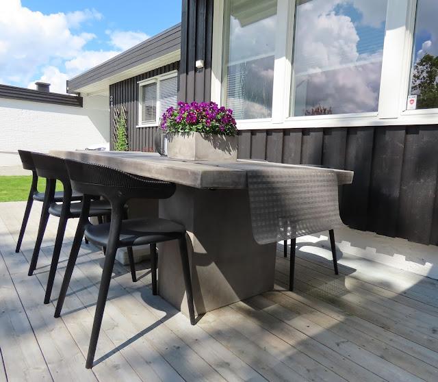 Stilrene uterom med flotte solplasser - spiseplassen med betongbord og designstoler IMG_1589 (2)-min