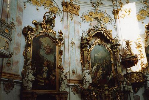 A arte barroca surgiu no século XVIII na Itália e pode ser encontrada  facilmente em igrejas, esculturas e pinturas. Elas consistem em serem muito  bonitas e ... 96372a48bf