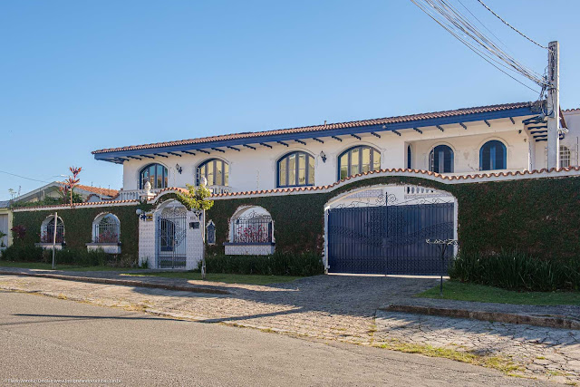 Casa com estilo colonial na Rua Guaratuba