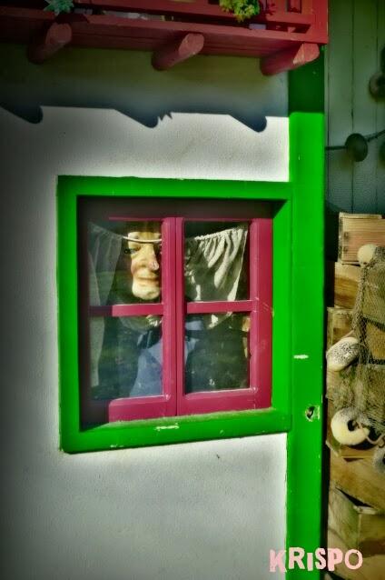 muñeco tras ventana