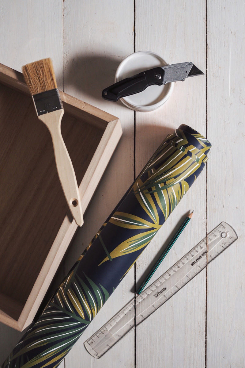 Matériel pour habiller l'intérieur d'un tiroir avec du papier peint