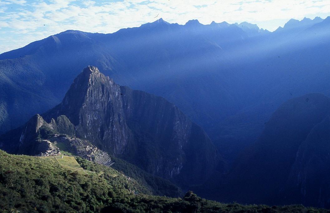 les rayons du soleil viennent frapper la cité inca