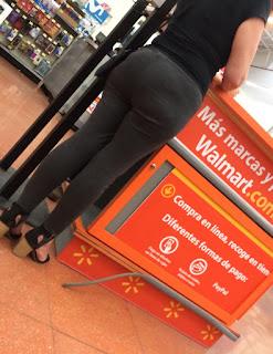 Madura caderas anchas usando yoga pants