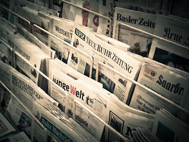Jornais de banca, remetendo a crise no jornalismo