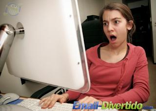 mulher computador apple chocada rir divertido email machista femininista