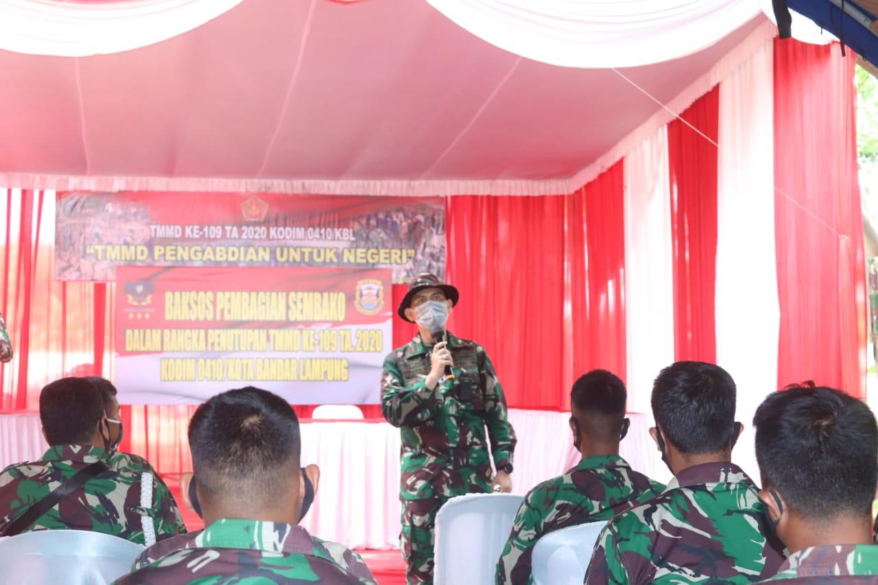 Komandan Kodim 0410/KBL Kolonel Inf Romas Herlandes memberikan arahan kepada personel TNI, Polri dan Satpol PP Kota Bandar Lampung