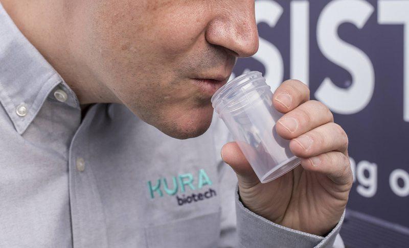 Así es el test de saliva hecho en Chile para detectar el Covid-19