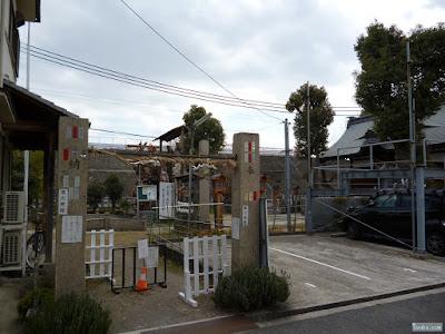 鼻川神社拝殿右側入口