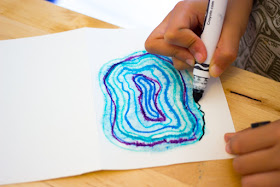 """How to """"paint"""" agate geodes with kids- super easy art idea that doesn't require any water colors!"""