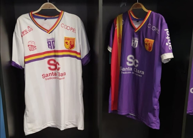 Los jugadores del Club social y Deportivo Villa Española estrenan su nueva equipación en homenaje a la Segunda República