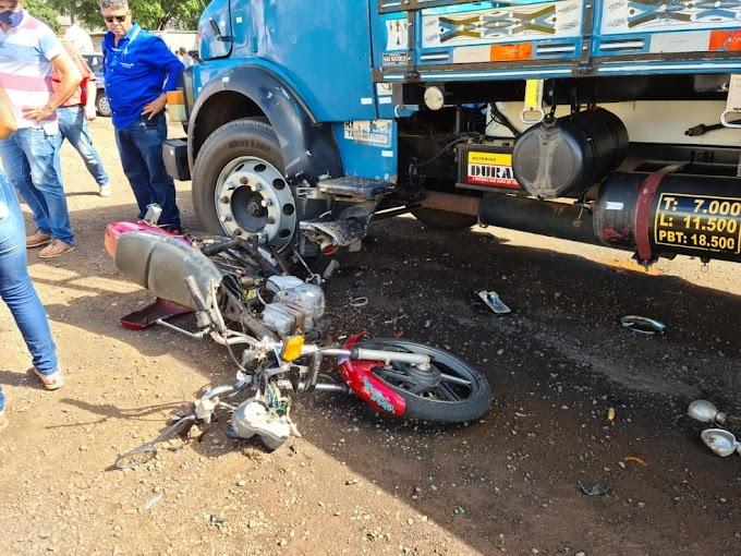 Jovem fica gravemente ferido em batida entre moto e caminhão na BR-376