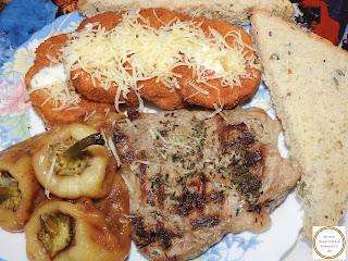 Gratar de porc cu vinete pane si salata de ardei reteta,
