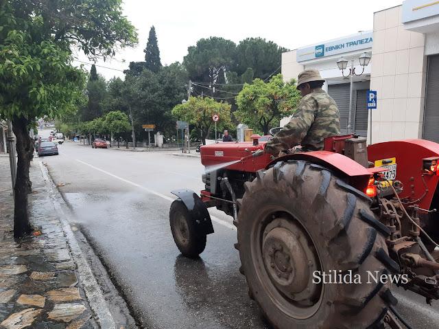 Στυλίδα 21 Απριλίου 2020: Εθελοντής συμπολίτης μας πλένει την κεντρική οδό της πόλης μας, την οδός Φαλάρων!