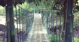 jembatan gantung di nasi liwet asep stroberi