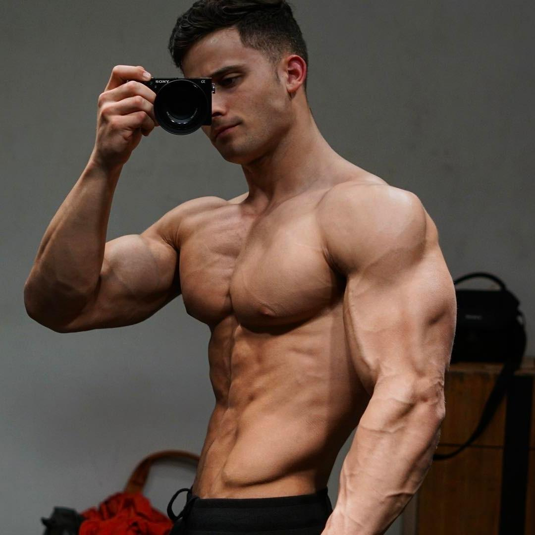 sexiest-muscle-men-dominic-nicolai-shirtless-selfie
