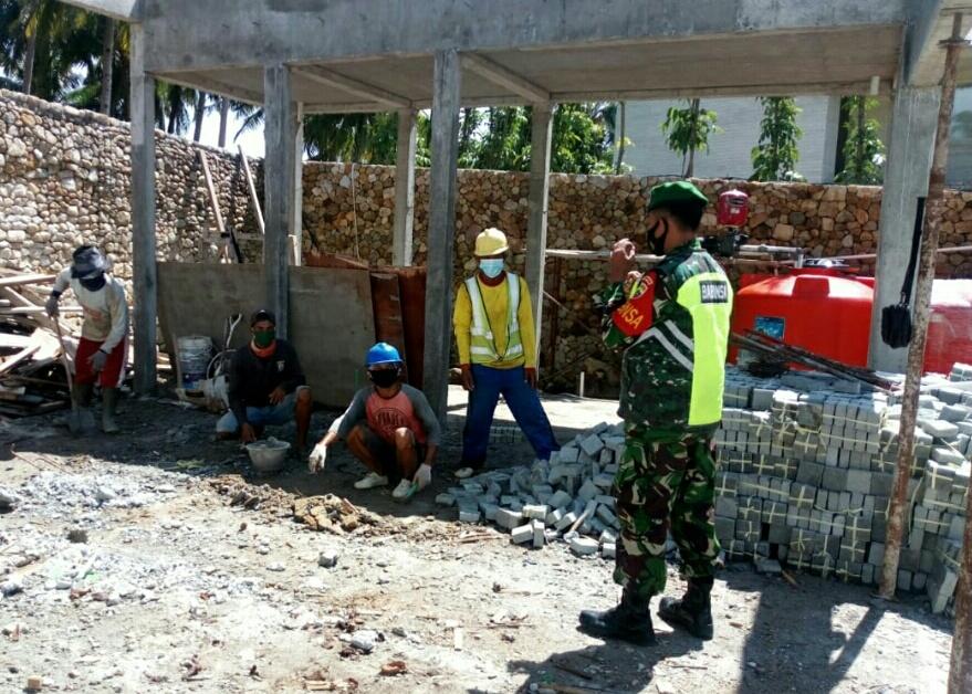 Tingkatkan Jalinan Silaturahmi, Babinsa Desa Sepempang Lakukan Komsos Para Pekerja Bangunan