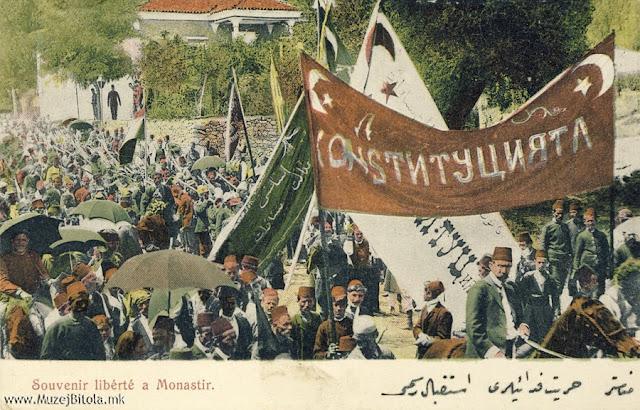 """Манифестации во градот од разните националности и турска војска. Покрај турските симболи, (полумесечина и ѕвезда) со кирилични букви на знамето стои зборот Конституција"""". Младотурската револуција не остана незабележана во разгледниците на Аттар Фаик. Користејќи ги фотографиите на Милтон Манаки, тој издаде една мала серија од настаните во 1908 година сврзани со Младотурската револуција. На истите се прикажани четите кои влегоа во градот со развеани знамиња и плакати на кои се поддржуваа револуцијата и промените на уставот, одредени водачи кои ја започнаа револуцијата како Нијази Бег од Ресен, манифестации во градот итн."""