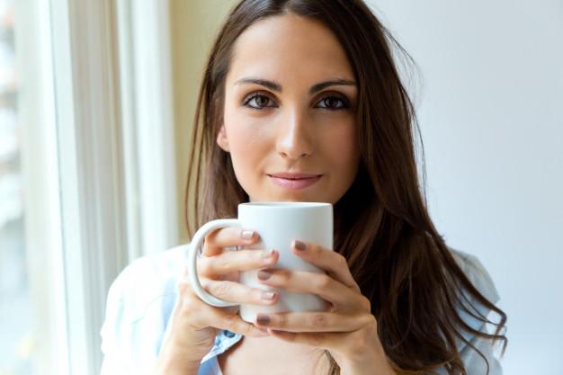 jestem mamą piję ciepłą kawę ciepła kawa zimna kawa stoliki kawowe malodesign.pl jak pogodzić rolę matki z innymi rolami macierzyństwo blog rodzicielskiblog parentingowy dziecko nie jest najważniejsze