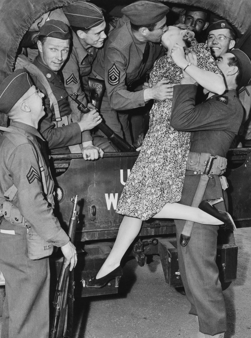 60 + 1 Heart-Warming Historical Pictures That Illustrate Love During War - Actress Martha O'driscoll Kisses A Soldier Goodbye In Los Angeles, 1941