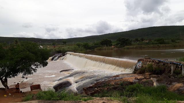 GRANDEZA DE DEUS: Chuvas fazem barragem em Jussiape transbordar. Veja vídeo