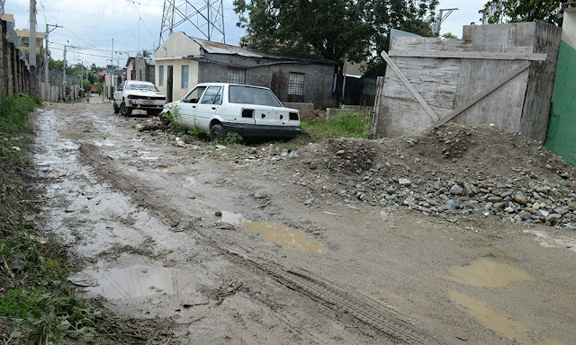 Lluvias deterioran calles de Los Alcarrizos y Santo Domingo Oeste