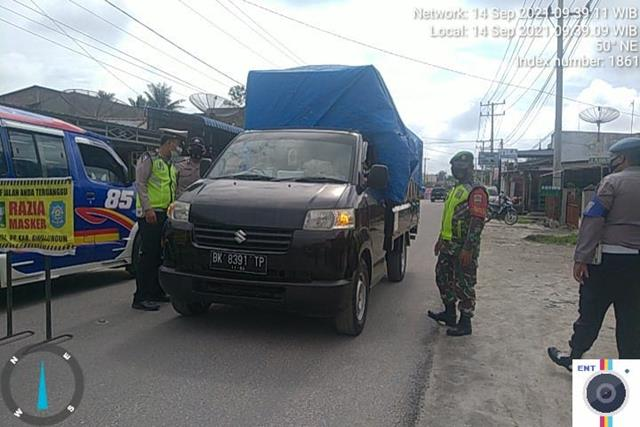 Pemberlakuan Pembatasan Kegiatan Masyarakat Di Jalan Tanah Jawa Dilakukan Personel Jajaran Kodim 0207/Simalungun Bersama Dinas Terkait
