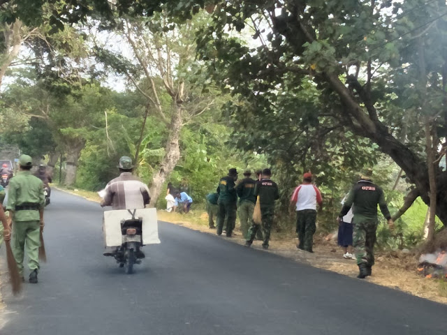 Babinsa Royong Bersihkan Sampah di Sepanjang Jalan