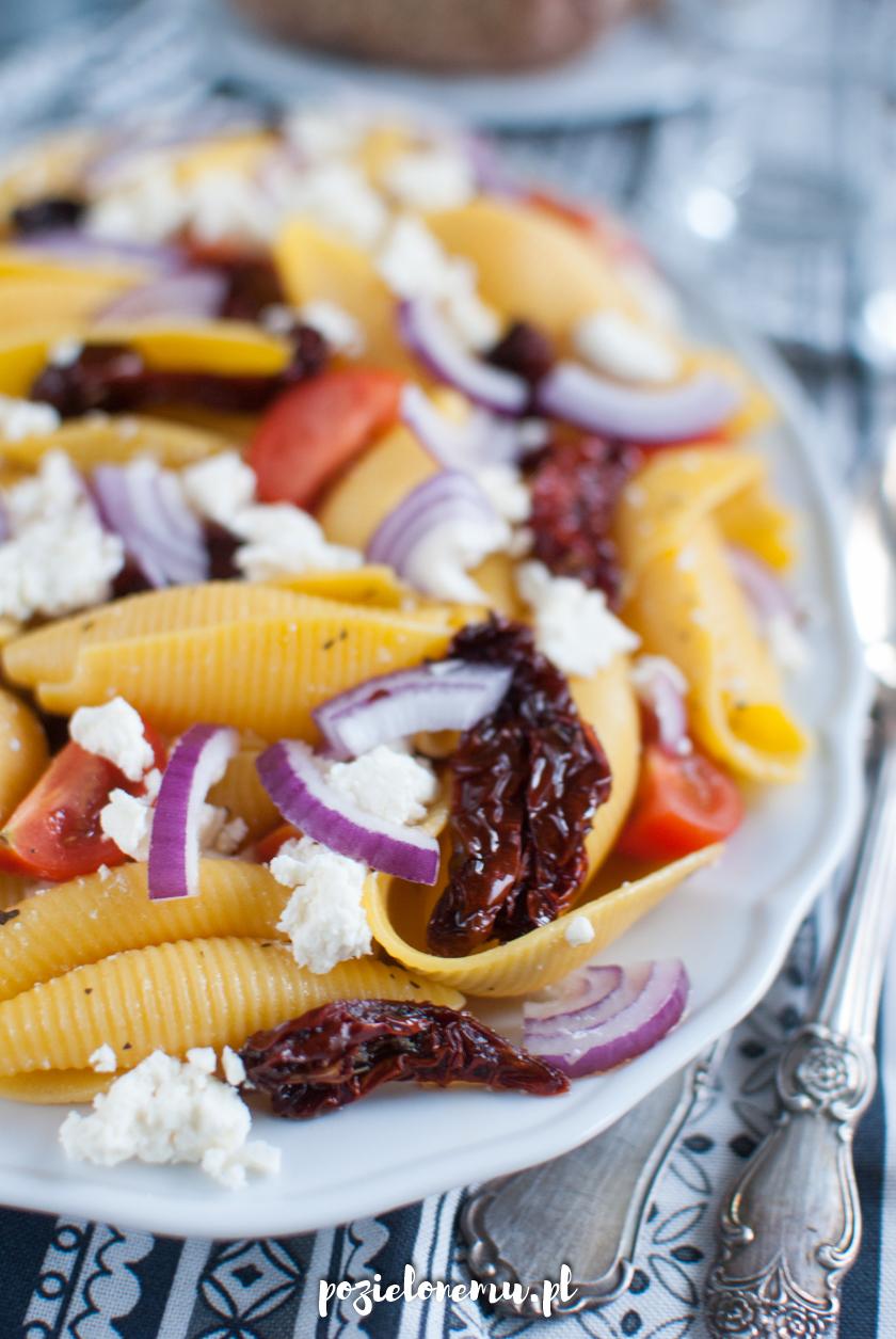 Sałatka makaronowa z fetą i suszonymi pomidorami