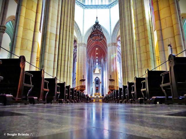Vista ampla do corredor central da Catedral da Sé - Centro - São Paulo