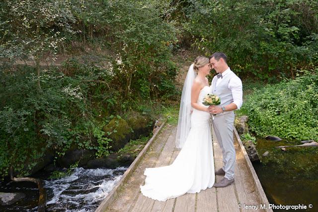 photo mariés debout sur passerelle en bois