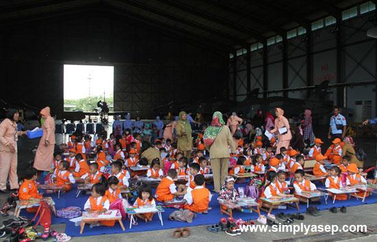 LOMBA MEWARNAI : PIA AG CAB.19/D Lanud Suoadio menggelar lomba Mewarnai untuk anak anak. Foto Kapentak TNI AU Supadioo
