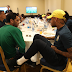 Daniel Alves almoça com a seleção brasileira antes de jogo contra a Sérvia