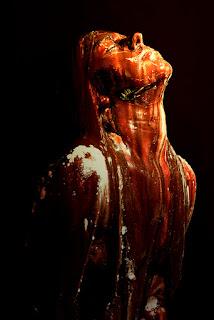 mulher nua coberta de fezes