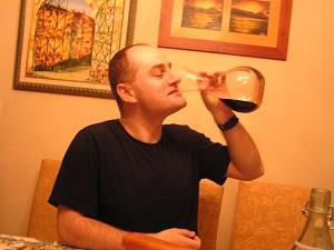 Carlos del Río empinando el codo