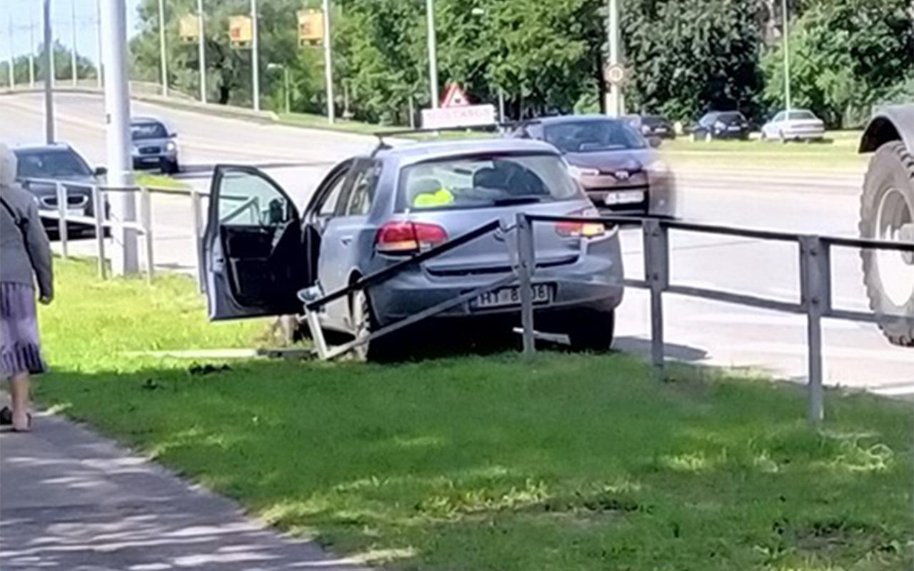 Mācību auto avarē Dzirciemā
