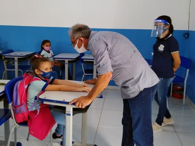 Prefeito Vital Costa visita escola Joana Maria em Mata Velha para acompanhar retorno às aulas