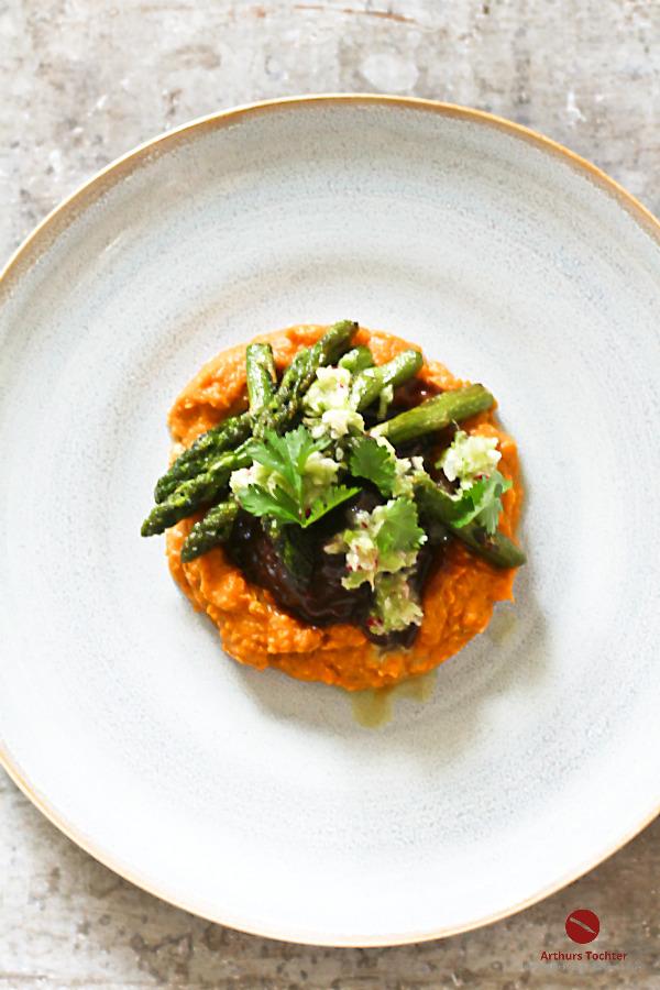 Rezept für butterzart geschmorte Bäckchen von der Pfälzer Färse mit grünem Spargel, Süßkartoffelpüree und gründer Spargel-Salsa aus grünem Spargel, Radieschen, Ingwer und frischem Koriander #geschmorte #bäckchen #ochsenbäckchen #kalbsbäckchen #färse #fleisch #einfach #slowcooker #dutchoven #spargel #foodblog #rezepte #arthurstochter #rheinhessen #rindfleisch #backofen #rezept